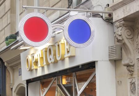Enseigne Opticien Paris Optique des Vosges façade vintage magasin LEDs